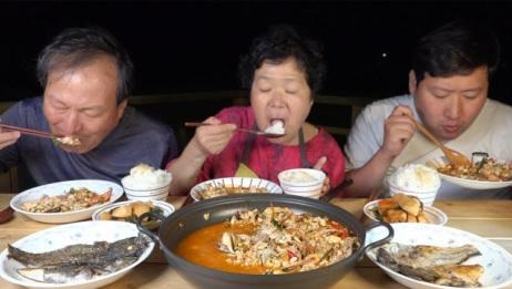 韩国农村家庭的一顿饭:海鲜豆腐汤+烤岩鱼,老头子比儿子都能吃