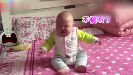 爸爸训斥6个月儿子会坐不会翻身,宝宝怒了,对着爸爸一顿吼