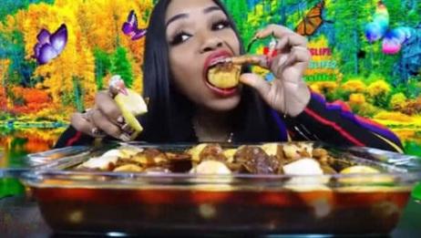 吃蟹阿姨:超大一盘虾和扇贝海鲜锅,配上柠檬汁,太香了!