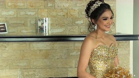 国外妹子穿上金色镶钻的婚纱,真是太美了,让人心生羡慕