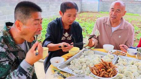 70岁老妈包小白菜饺子,出锅家人坐菜园里吃,1口2个吃的真过瘾