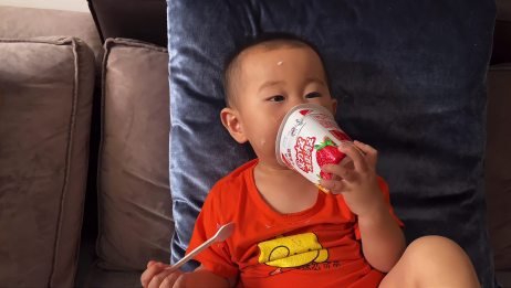 一岁宝宝喝酸奶,还耍这么多花样,把妈妈逗的哈哈大笑