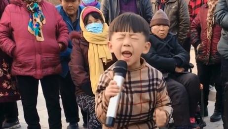 6岁男孩街头演唱《妈妈我想你》,撕心裂肺,听醉孝顺儿女!