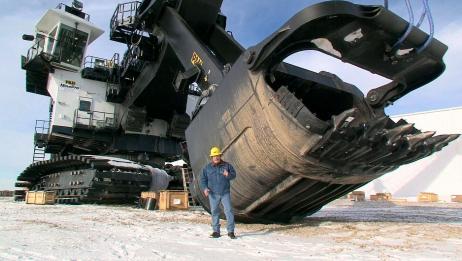 活了20多年,第一次见这么大的挖掘机,挖山就像啃西瓜,太震撼了