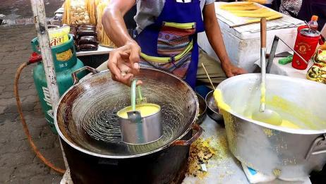 大爷摆摊卖传统鸡蛋卷,30秒就能做好一个,出摊就被游客围观