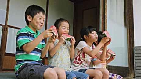 日本人看到中国人都这么吃西瓜,顿时蒙了,拿海鲜换西瓜行吗?
