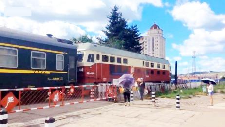穿越大兴安岭的火车 长春至海拉尔K2121次中途驶入阿尔山站