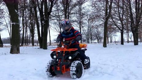 小朋友在雪地里骑车玩,酷炫十足