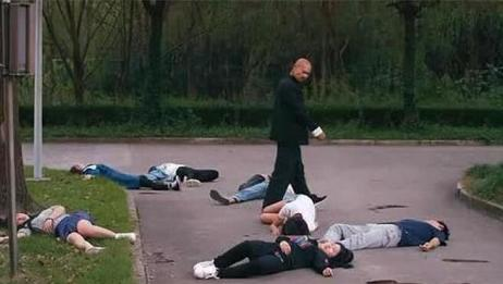 黑社会来到学校大开杀戒,不料却死在了自己的伙伴手里,太惨了!