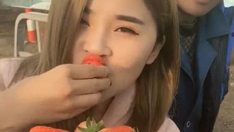 小妹大口吃草莓,这速度简直了,感觉好甜