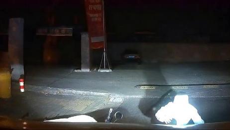 视频车右转不减速,小姐姐骑电动车惊慌摔倒,这下车主摊上事了