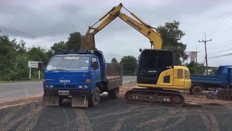 第一次见小型挖掘机还能这样上拖车,真佩服驾驶员的胆量