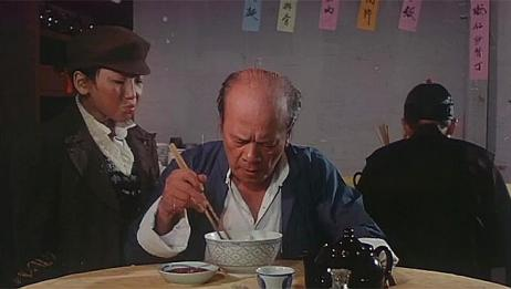 滑稽时代:孤儿给老头一个脑勺,趁他回头的时候,把他的面吃了