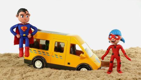 小艾尔莎和小绿人的车里开进沙子里动不了了,结果被超人拯救了