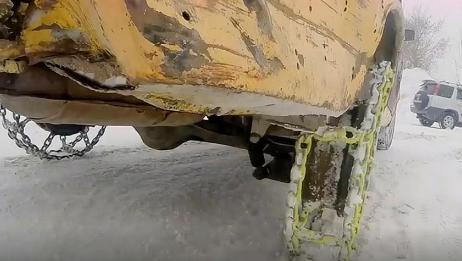 给汽车安装铁链轮胎还能行驶吗?老外脑洞测试,结果意外发生!