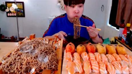 韩国大胃王胖哥,吃冰镇荞麦面加生鱼片,一次一大口很过瘾!