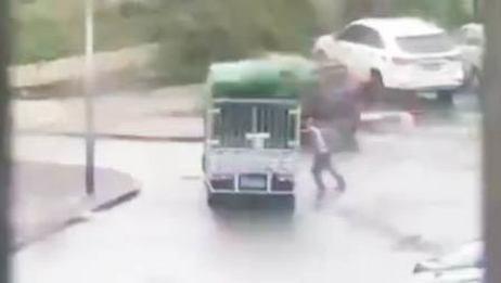 司机台风中徒手撑货车 不幸遇难