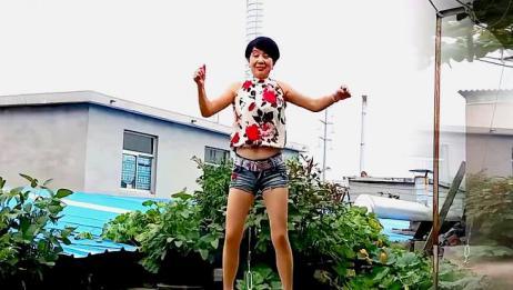 精选广场舞《今生就要在一起》,气质大姐户外活力演示,不错!