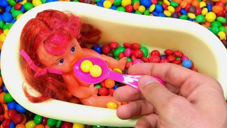 育儿早教!把小婴儿放进浴缸里,并为她吃糖果!小儿色彩启蒙教育