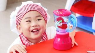 小正太枫枫的玩具厨房,请妈妈喝草莓果汁
