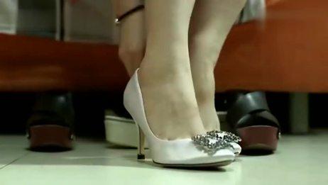 丈夫出差后,美女直接换上性感高跟鞋,妖娆短裙!