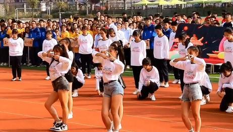 别人学校的运动会,小姐姐们跳韩舞,双马尾小姐姐可以出道了