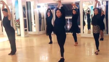 这段视频火了,跳这么优美的拉丁舞,旁边的小伙子太吸引人