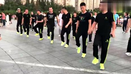 黑衣曳舞团鬼步舞《花桥情歌》七位男士跳的齐刷刷最大年龄62岁