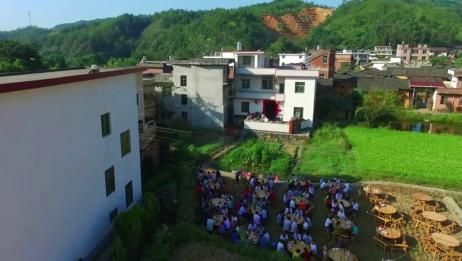 航拍:江西兴国农村一人家结婚,好多人稻谷田里都坐满了