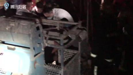黑暗中升降机司机操作失误 被卡在工地铁梁中间