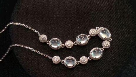 珠宝玉翠:高冰翡翠饰品,如雪般玲珑剔透