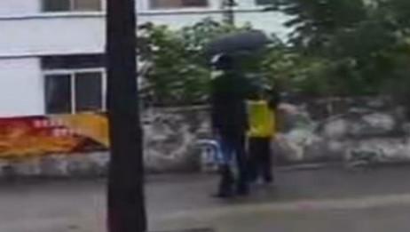 雨中听到国歌响起 男孩驻足肃立敬礼