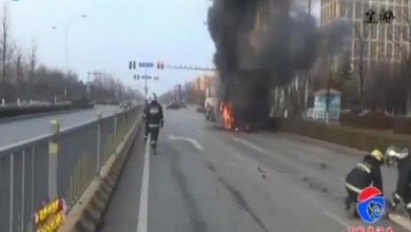 [今晚20分]满载快递货车突发自燃 部分快递被烧毁