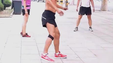 高手踢毽子的视频,你能做到么