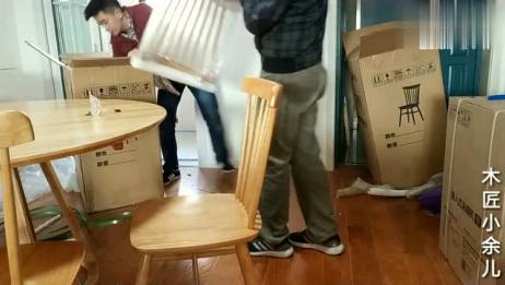 白橡木制作的圆餐桌,配上把橡木餐椅,放在家里显得大方又美观
