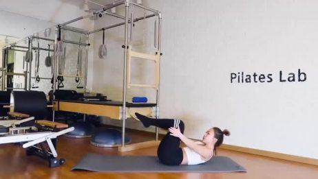 瑜伽瘦身塑形:这样躺着就能瘦肚子,每天十五分钟,动作不要太快