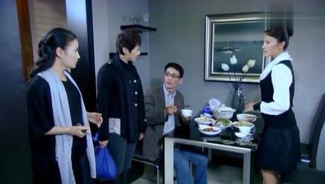 妻子半夜回家,看到丈夫和美女吃饭,妻子淡定让两人继续!