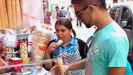 土耳其冰淇淋的老板,总是喜欢调戏顾客,看小姑娘如何一雪前耻