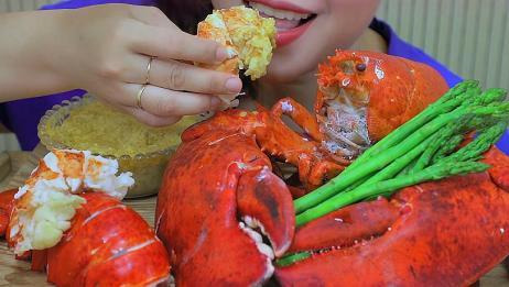 本来就很好吃的龙虾,蘸着美味的芝士酱一起吃,味道简直绝了