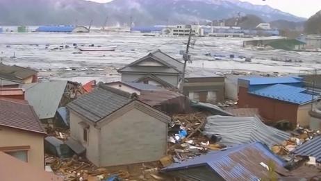 海啸把房子都冲垮,汽车到处鸣笛,村庄一片混乱!