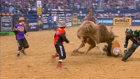 人坐在牛身上公牛一直乱跳,场面惊险刺激,有谁知道这是什么活动