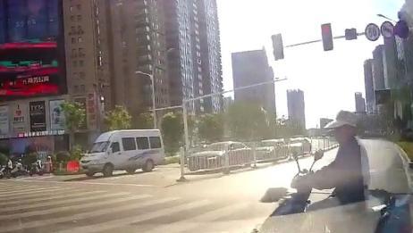 视频车右转突然出现电动车女子,丝毫不减速,瞬间把电动车撞倒