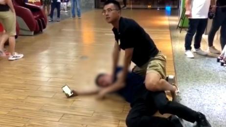 """干得漂亮!男子酒后猥亵殴打女大学生 民警一个""""抱摔""""瞬间制服"""
