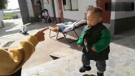 1岁宝宝橘子被抢,大哭,橘子到手立马停止哭声,你是演员吗