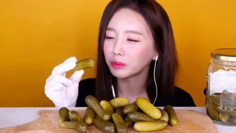 美女吃酸黄瓜, 估计是太酸了, 酸表情都变了