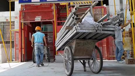 实拍建筑工地里,专用电梯操作司机工作全过程!(1)
