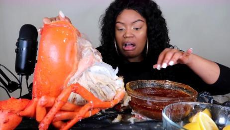 非洲大妈独享超级龙虾,用手撕开蟹黄,蘸着酱汁就开始吃