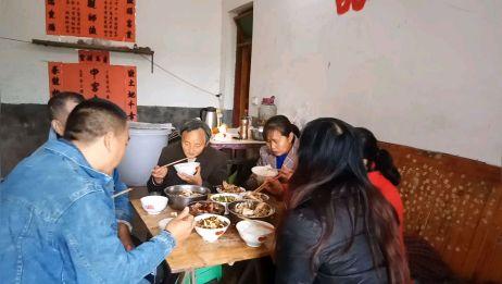 四川南充:农村人对人热情,家里来了客人,做了一桌子好吃的土货