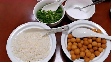 女子桂林吃油茶,完全不同于北京油茶还加炒米和花生,好喝吗?