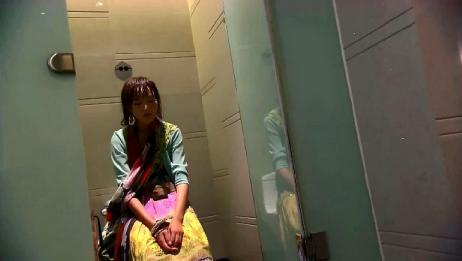 美女受人欺辱,在厕所给自己打气,一定要努力不让父亲失望